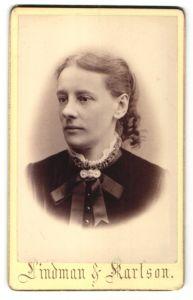Fotografie Lindman & Karlson, Karlskrona, Portrait Frau mit zusammengebundenem Haar