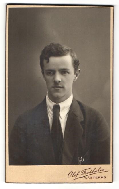 Fotografie Olof Fredholm, Wästeras, Portrait junger Herr in Anzug 0