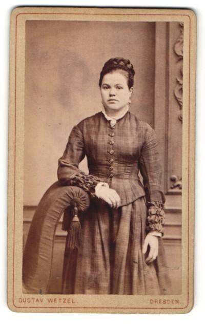 Fotografie Gustav Wetzel, Dresden, Portrait junge Frau mit geflochtenem Haar