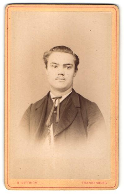 Fotografie R. Dittrich, Frankenberg, Portrait junger Mann mit zurückgekämmtem Haar 0