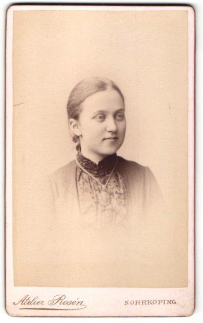 Fotografie Atelier Rosén, Norrköping, Portrait Mädchen mit zusammengebundenem Haar 0
