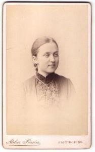 Fotografie Atelier Rosén, Norrköping, Portrait Mädchen mit zusammengebundenem Haar