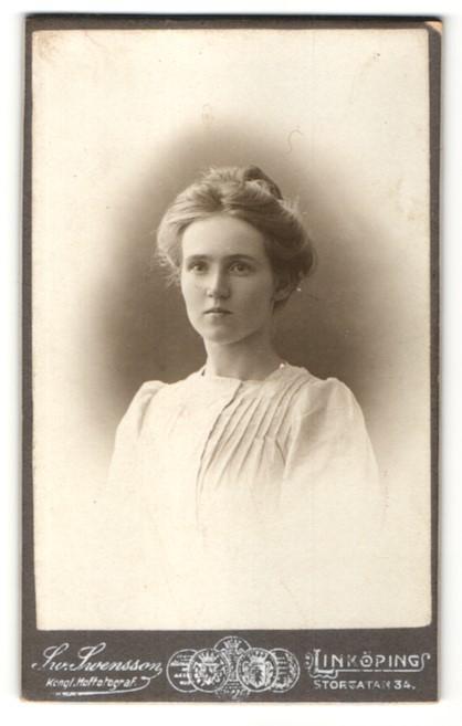 Fotografie Sw. Swensson, Linköping, Portrait junge Dame mit Hochsteckfrisur