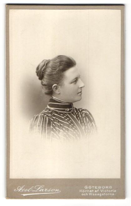 Fotografie Axel Larson, Göteborg, Profilportrait Dame mit Haarknoten 0