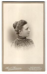Fotografie Axel Larson, Göteborg, Profilportrait Dame mit Haarknoten