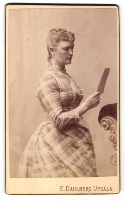 Fotografie E. Dahlberg, Upsala, Portrait Dame in kariertem Kleid 0