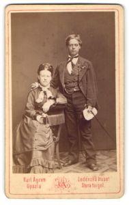 Fotografie Karl Aagran, Upsala, Portrait halbwüchsiger Knabe und Fräulein in festlicher Garderobe