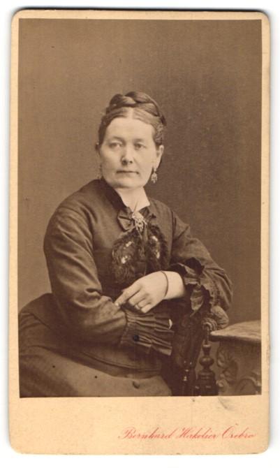 Fotografie Bernhard Hakelier, Örebro, Portrait Dame in feierlicher Garderobe