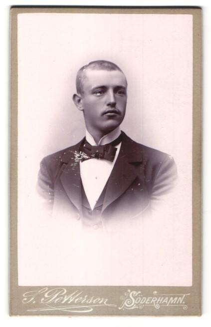 Fotografie S. Petterson, Söderhamn, Portrait junger Mann mit geschorenem Haar in Anzug 0