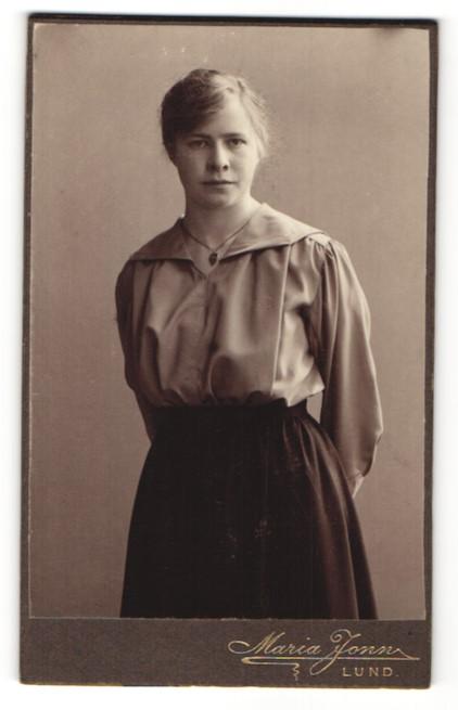 Fotografie Maria Jonn, Lund, Portrait junge Frau in zeitgenöss. Kleidung