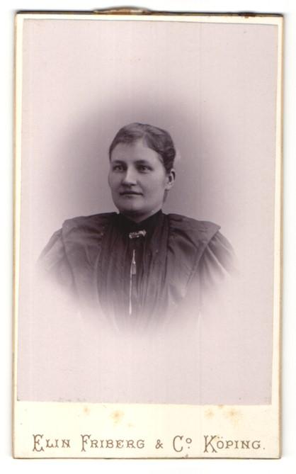 Fotografie Elen Friberg & Co., Köping, Portrait junge Frau mit zusammengebundenem Haar 0