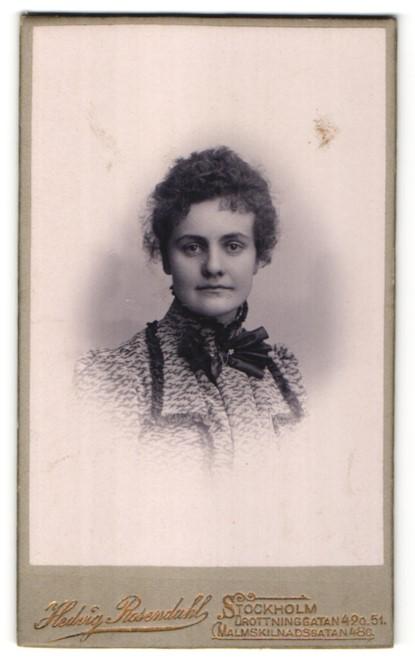 Fotografie Hedvig Rosendahl, Stockholm, Portrait Dame mit zusammengebundenem Haar 0