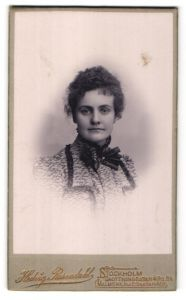 Fotografie Hedvig Rosendahl, Stockholm, Portrait Dame mit zusammengebundenem Haar
