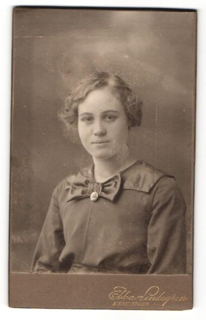 Fotografie Ebba Lindgran, Eskilstuna, Portrait Fräulein mit zusammengebundenem Haar
