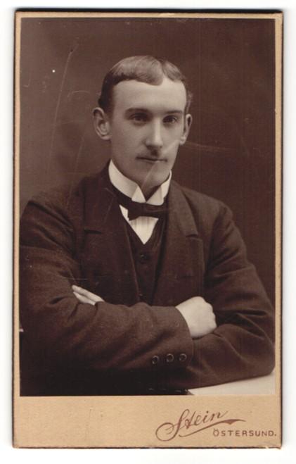 Fotografie Stein, Östersund, Portrait junger Herr in Anzug