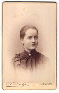 Fotografie C. V. Roikjer, Malmö, Portrait Fräulein mit zusammengebundenem Haar