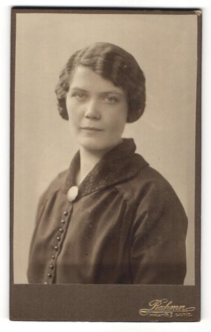 Fotografie Ramn, Malmö & Lund, Portrait junge Dame mit zusammengebundenem Haar