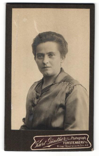 Fotografie Kurt Günther, Fürstenberg a/O, Portrait Dame mit zusammengebundenem Haar
