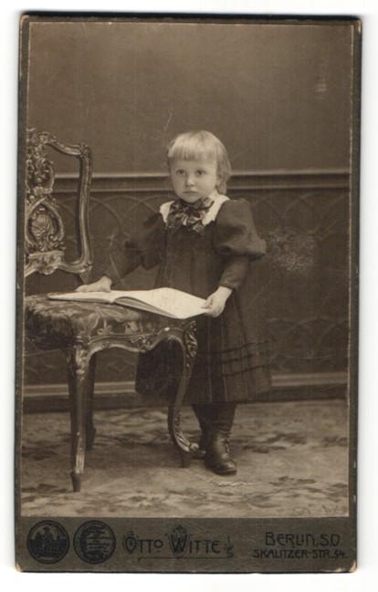 Fotografie Otto Witte, Berlin-SO, Portrait Kleinkind in Kleid 0