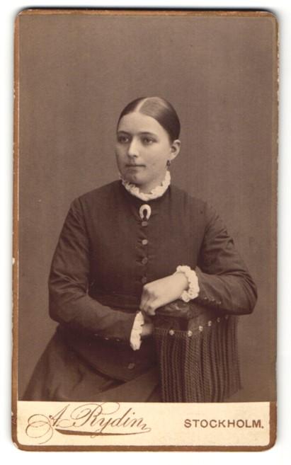 Fotografie A. Rydin, Stockholm, Portrait junge Frau mit streng zusammengebundenem Haar