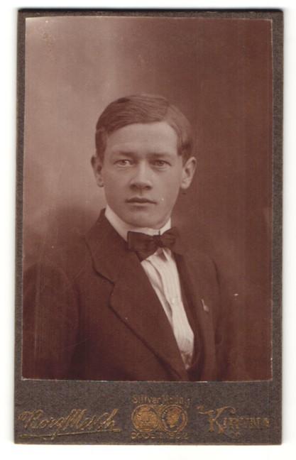 Fotografie Borg, Kiruna, Portrait junger Herr mit Seitenscheitel 0