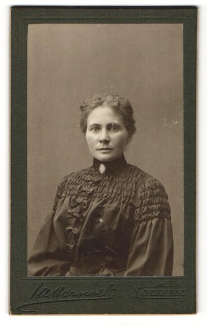 Fotografie unbekannter Fotograf, Lycksele, Portrait Dame in zeitgenöss.Kleidung 0