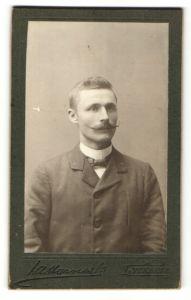 Fotografie unbekannter Fotograf, Lycksele, Portrait junger Mann mit gezwirbeltem Oberlippenbart