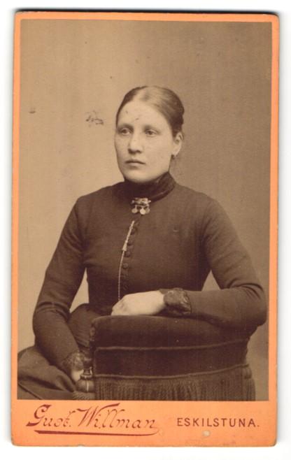 Fotografie Gust. Willman, Eskilstuna, Portrait junge Frau mit zusammengebundenem Haar 0