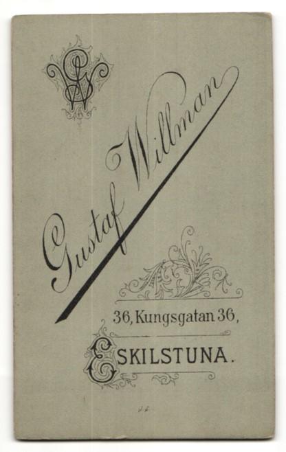 Fotografie Gust. Willman, Eskilstuna, Portrait junge Frau mit zusammengebundenem Haar 1