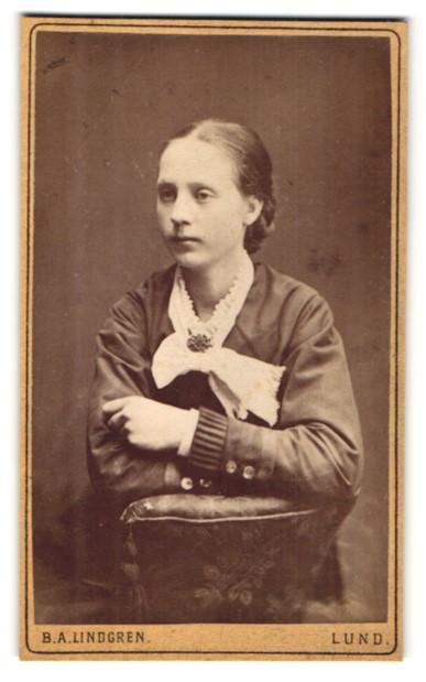 Fotografie B. A. Lindgren, Lund, Portrait junge Frau mit zusammengebundenem Haar