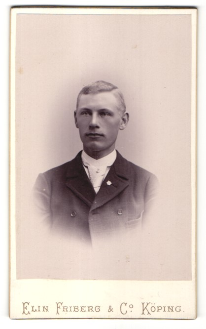 Fotografie Elin Friberg & Co., Köping, Portrait Mann mit Krawatte im Anzug