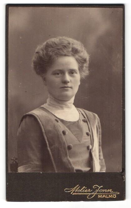 Fotografie R. Küller, Malmö, Portrait Frau in zeitgenössischer Kleidung mit Hochsteckfrisur 0
