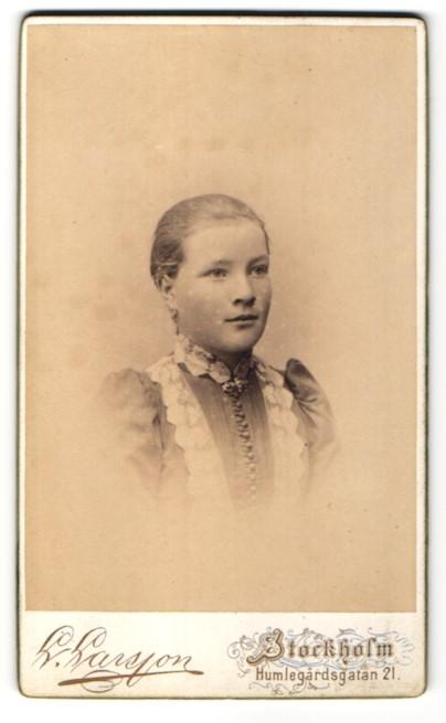 Fotografie L. Larsson, Stockholm, Portrait Mädchen in zeitgenössischem Kleid mit zurückgebundenem Haar 0