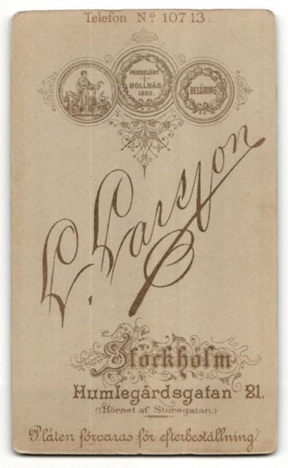 Fotografie L. Larsson, Stockholm, Portrait Mädchen in zeitgenössischem Kleid mit zurückgebundenem Haar 1