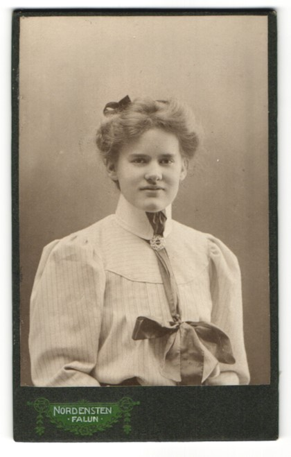 Fotografie Nordensten, Falun, Portrait junge Frau in gestreifter Bluse mit Kragenbrosche