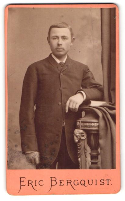 Fotografie Eric Bergquist, Örebro, Portrait Mann mit Seitenscheitel im Anzug