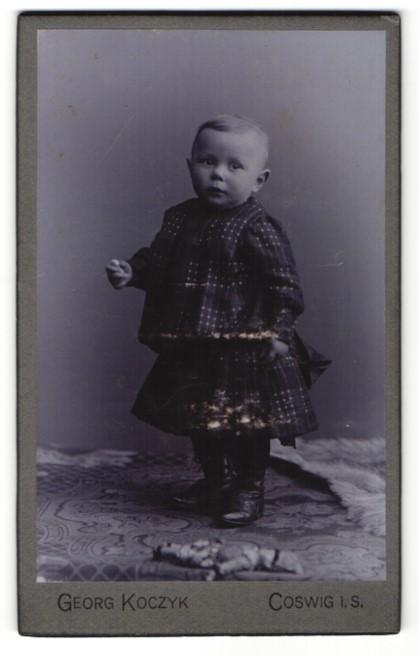 Fotografie Georg Koczyk, Coswig i. S., Portrait Kleinkind im karierten Kleid 0