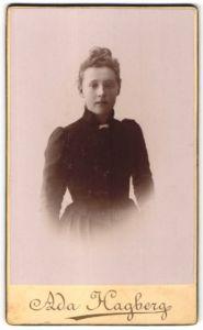 Fotografie Ada Hagberg, Falun, Portrait junge Frau im bürgerlichen Kleid