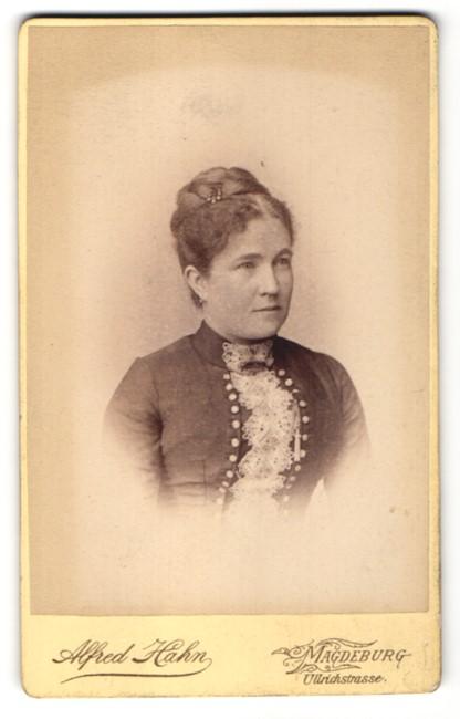 Fotografie Alfred Hahn, Magdeburg, Portrait Frau mit Hochsteckfrisur in bürgerlichem Kleid