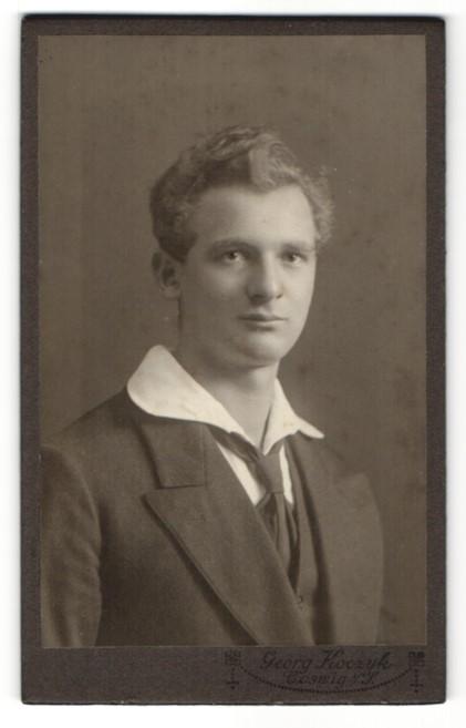 Fotografie Georg Koczyk, Coswig, Portrait Mann mit breitem Kragen und Krawatte im Anzug