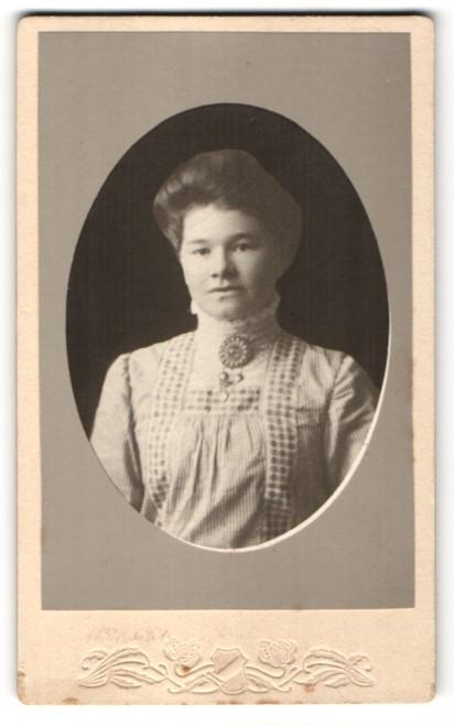 Fotografie Unbekannter Fotograf, Unbekannter Ort, Portrait Frau in zeitgenössischer Kleidung mit Kragenbrosche