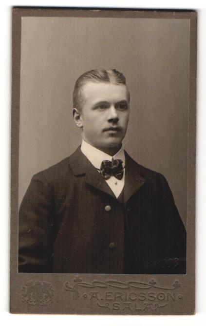 Fotografie A. Ericsson, Sala, Portrait Mann mit Fliege im Anzug
