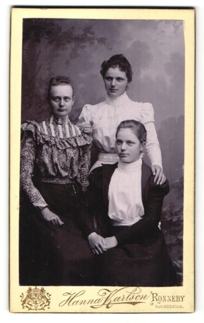 Fotografie Hanna Karlson, Ronneby, Portrait dreier junger Damen in zeitgenössischer Kleidung 0