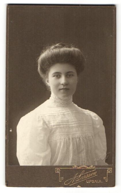 Fotografie A. Larsson, Upsala, Portrait Frau in weisser Bluse mit Hochsteckfrisur 0