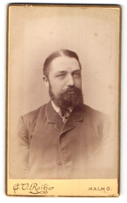 Fotografie C. V. Roikjer, Malmö, Portrait Mann mit Vollbart in zeitgenössischer Kleidung 0