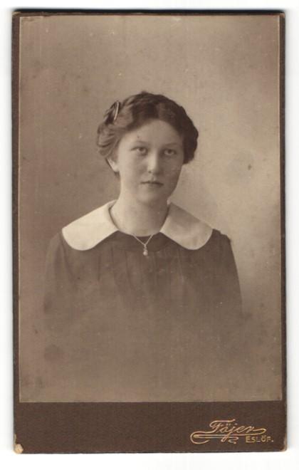 Fotografie Föjer, Eslöf, Portrait Frau mit breitem Kragen und zurückgebundenem Haar 0