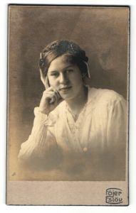 Fotografie Föjer, Eslöv, Portrait Frau in weisser Bluse mit Flechtfrisur