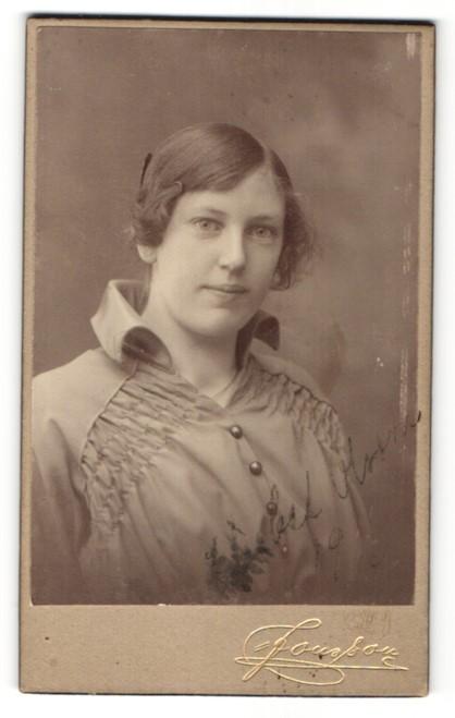 Fotografie J. E. Jonsson, Östersund, Portrait Frau in eleganter Bluse mit zurückgebundenem Haar 0