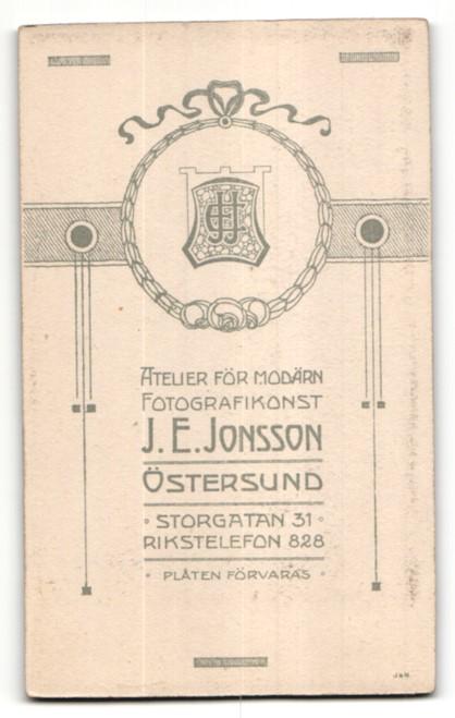 Fotografie J. E. Jonsson, Östersund, Portrait Frau in eleganter Bluse mit zurückgebundenem Haar 1