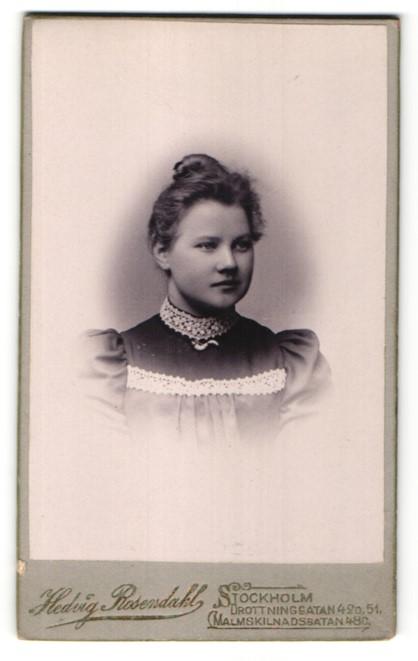 Fotografie Hedvig Rosendahl, Stockholm, Portrait Mädchen in elegantem Kleid mit Dutt